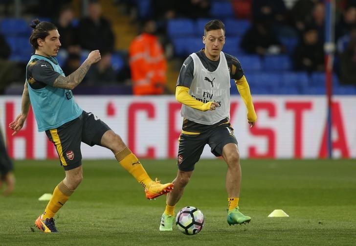 Britain Football Soccer - Crystal Palace v Arsenal - Premier League - Selhurst Park - 10/4/17 Arsenal's Mesut Ozil and Hector Bellerin warms up before the match  Action Images via Reuters / Matthew Childs Livepic