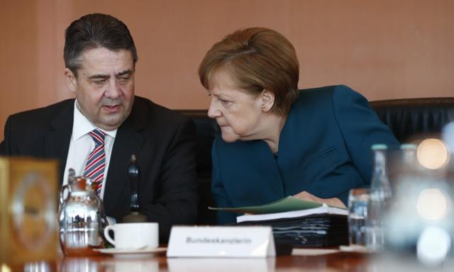 German Chancellor Angela Merkel and Foreign Minister Sigmar Gabriel before cabinet meeting in Berlin, Germany, March 22, 2017.     REUTERS/Fabrizio Bensch