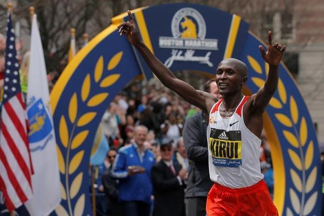 4月17日、第121回ボストン・マラソン、男子はケニアのジョフリー・キルイ(写真)が優勝。初マラソンだった大迫傑は3位に入った(2017年 ロイター/Brian Snyder)