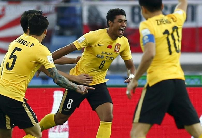 Paulinho (C) of China's Guangzhou Evergrande celebrates with teammates after he scored against Japan's Sanfrecce Hiroshima during their Club World Cup third-place soccer match in Yokohama, south of Tokyo, Japan, December 20, 2015. REUTERS/Thomas Peter - RTX1ZFJ9