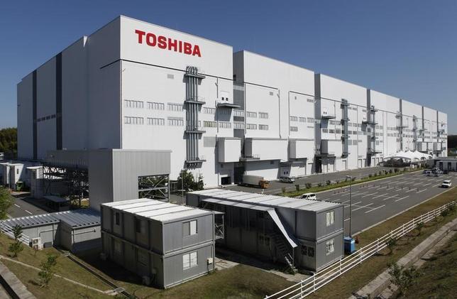 4月18日、政府系ファンドの産業革新機構の志賀俊之会長(CEO)は記者会見で、東芝が売却手続きを進めているメモリー事業の入札について「投資ファンドとして注目している案件だ」と述べ、投資に前向きな姿勢を示した。写真は四日市の東芝フラッシュメモリー工場。2014年9月撮影(2017年 ロイター/Reiji Murai)