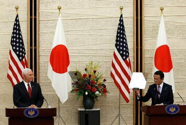 4月18日、麻生太郎副総理と米国のペンス副大統領は首相官邸で第1回の「日米経済対話」を開いた(2017年 ロイター/Kim Kyung-Hoon)