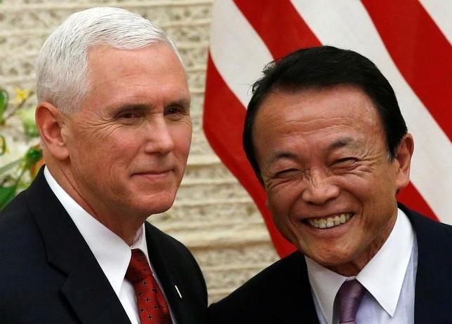 4月18日、第1回日米経済対話が、ペンス副大統領(写真左)と麻生太郎副総理(右)との間で行われた。終了後に発表した共同文書では、貿易・投資ルールなど3つの柱で具体的な議論を進展させていくことで一致。今年末までの次回会合の開催でも合意した。官邸で18日撮影(2017年 ロイター/Kim Kyung-Hoon)