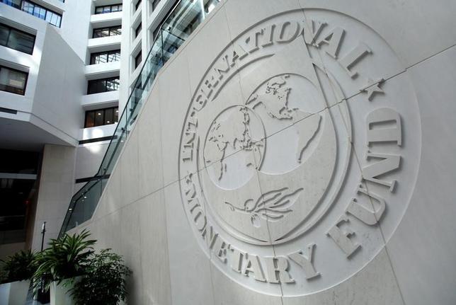 4月18日、IMFは同日公表の世界経済見通しで、2017年の世界経済の成長率の予想を3.5%と、1月時点の3.4%から引き上げた。写真はIMF本部のロゴ、昨年10月撮影。(2017年 ロイター/Yuri Gripas)