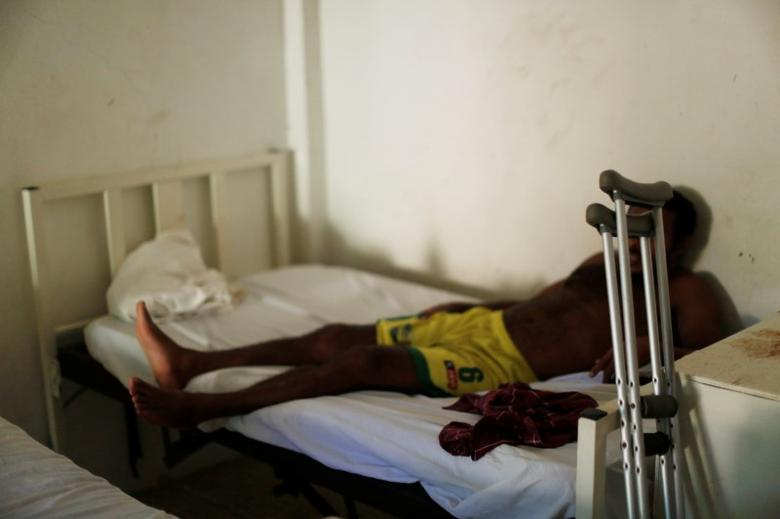 File photo: A man from Honduras who does not want to be identified, recovers from a bullet wound in his leg at the Jesus Buen Pastor shelter in Tapachula, Chiapas, Mexico November 18, 2016. REUTERS/Carlos Jasso