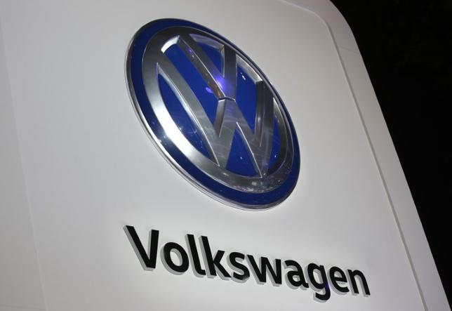 4月18日、ドイツ自動車大手のフォルクスワーゲン(VW)は、今年1─3月期の連結営業利益が前年同期比28%増の44億ユーロ(47億ドル)になったもようだと発表した。写真は同社のロゴ。米ミシガン州で1月撮影(2017年 ロイター/Mark Blinch)