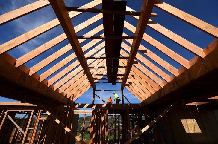 资料图片:2017年2月15日,美国加州圣迭戈,建筑工人在建造一座独栋房屋。REUTERS/Mike Blake