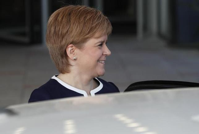 4月18日、スコットランド自治政府のスタージョン首相は、英国のメイ首相が総選挙を6月8日に前倒しする意向を示したことについて、スコットランド独立に向けた自身の計画に弾みが付く機会になるとの認識を示した。写真はスコットランド・グラスゴーでメイ首相との会合を終えたスタージョン首相。3月撮影(2017年 ロイター/Russell Cheyne)