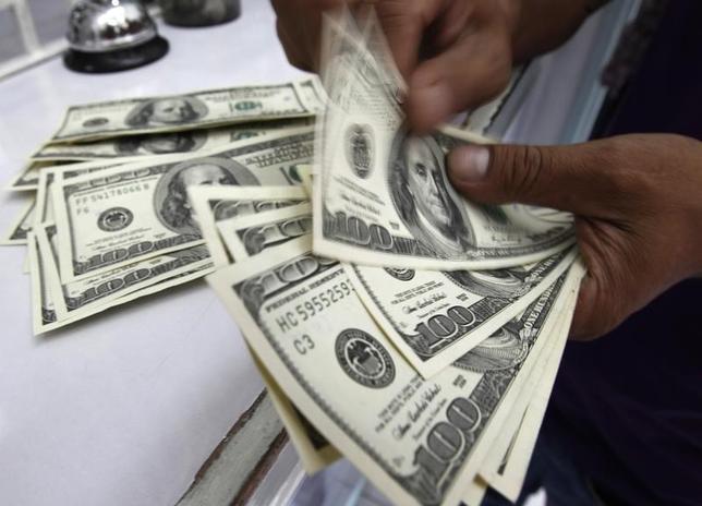 4月19日、正午のドル/円は、ニューヨーク市場午後5時時点とほぼ変わらずの108.48/50円。写真はフィリピンの首都マニラで2011年8月撮影(2017年 ロイター/Romeo Ranoco)