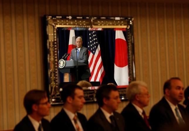 4月19日、ペンス米副大統領は日本経団連の榊原定征会長やトヨタの豊田章男社長らと会談し、米国での投資や雇用拡大に協力を求めた。会談後に講演する副大統領(2017年 ロイター/Kim Kyung-Hoon)