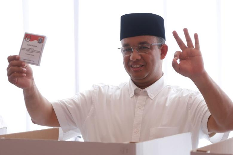 Candidate Anies Baswedan casts his vote in the Jakarta governor election in South Jakarta, Indonesia April 19, 2017. REUTERS/Beawiharta