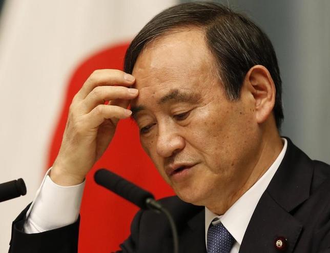 4月20日、菅義偉官房長官(写真)は午前の会見で、環太平洋連携協定(TPP)に関して「高いレベルのルールを実現するため、どのようなことができるか、(TPP閣僚会合の場で)それぞれの国の閣僚間で話をしていきたい」と述べた。写真は都内で2015年2月撮影(2017年 ロイター/Toru Hanai)