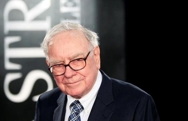 FILE PHOTO - Investor Warren Buffet arrives for the premiere of the film ''Wall Street: Money Never Sleeps'' in New York, U.S. on September 20, 2010.  REUTERS/Lucas Jackson/File Photo
