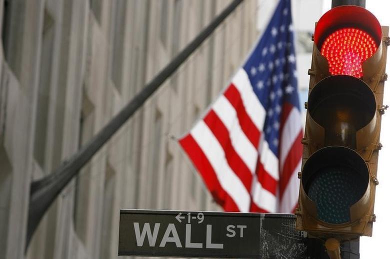 资料图片:2008年9月,纽约,一处华尔街标识旁的交通信号灯。REUTERS/Lucas Jackson