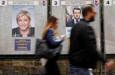 Emmanuel Macron reste en tête des intentions de vote en vue du premier tour de la présidentielle française devant Marine Le Pen, François Fillon et Jean-Luc Mélenchon se situant légèrement en retrait, selon un sondage Harris Interactive publié jeudi. /Photo prise le 10 avril 2017/REUTERS/Gonzalo Fuentes
