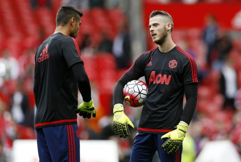 Football - Manchester United v Liverpool - Barclays Premier League - Old Trafford - 15/16 - 12/9/15Manchester United's David De Gea and Sergio Romero warm upAction Images via Reuters / Carl Recine