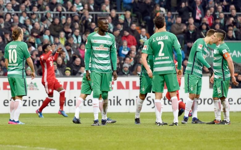 Football Soccer - Werder Bremen v FC Bayern Munich - German Bundesliga - Weserstadion, Bremen, Germany - 28/01/17 - Bremen players react after Munich's David Alaba scored.    REUTERS/Fabian Bimmer