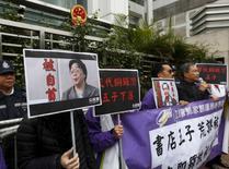 Membros do Partido Cívico pró-democracia carregam um retrato de Gui Minhai durante protesto em Hong Kong.  19/01/2016 REUTERS/Bobby Yip