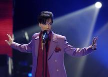 Prince durante show em Hollywood 24/5/2006   REUTERS/Chris Pizzello