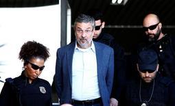 Ex-ministro Antonio Palocci é escoltado por policiais federais em Curitiba 26/09/2016 REUTERS/Rodolfo Buhrer