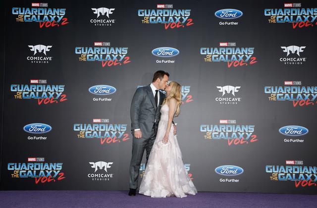 Actors Chris Pratt (L) and wife Anna Faris kiss. REUTERS/Danny Moloshok