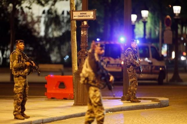 4月20日、フランスのパリ中心部にあるシャンゼリゼ通りで夜に発生した発砲事件について、過激派組織「イスラム国」(IS)が犯行声明を発表した。ISと関連のあるAMAQ通信が明らかにした。写真は事件現場で警戒にあたる兵士ら(2017年 ロイター/Benoit Tessier)