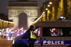 Un policier a été tué jeudi sur les Champs-Elysées, à Paris, et deux autres ont été gravement blessés dans une fusillade revendiquée par le groupe Etat islamique. L'auteur des coups de feux a également été tué. /Photo prise le 20 avril 2017/REUTERS/Christian Hartmann