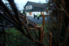 La policía alemana arrestó a un hombre el viernes, sospechoso de colocar explosivos contra el autobús del equipo de fútbol Borussia Dortmund la semana pasada, dijo la oficina del fiscal general alemán. En la imagen, un seto dañado en en lugar donde expertos de la policía alemana reconstruyen el ataque contra el autobús del Borussia Dortmund, cerca de Dortmund, Alemania, 18 de abril de 2017.   REUTERS/Thilo Schmuelgen
