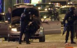 La policía francesa estaba buscando el viernes a un segundo sospechoso en relación con el ataque que dejó un policía muerto en París el jueves, dijo el portavoz del Ministerio del Interior francés, Pierre-Henry Brandet. En la imagen, un fotograma de un vídeo en el que se ve a policías cerca de un coche utilizado por el atacante en los Campos Elíseos, París, 20 de abril de 2017. REUTERS/Reuters Tv