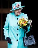الملكة إليزابيث الثانية ملكة بريطانيا عقب قداس في قلعة وندسور يوم 16 ابريل نيسان 2017. تصوير: بيتر نيكولز - رويترز