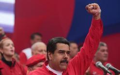 El presidente de Venezuela, Nicolás Maduro, dijo el jueves que ha solicitado una investigación contra la empresa de telecomunicaciones Movistar, filial de la española Telefónica, por supuestamente enviar mensajes masivos de convocatoria a una marcha multitudinaria contra su Gobierno. En la imagen, Maduro gesticula a sus partidarios durante un acto en Caracas, Venezuela. Abril 19, 2017, Palacio de Miraflores/Handout via REUTERS