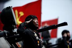 Corea del Sur dijo el viernes que está en una alerta elevada antes de un importante aniversario en Corea del Norte, en momentos en que se concentra una gran cantidad de material militar en ambos lados de la frontera. En la imagen, un soldado saluda desde un vehículo mientras pasan delante del líder de Corea del Norte, Kim Jong Un, en un desfile militar por el 105 aniversario del nacimiento del fundador del país, Kim Il Sung, en Pyongyang, el 15 de abril de 2017. REUTERS/Damir Sagolj/Files