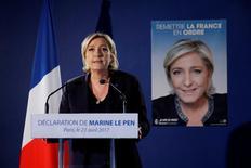 """Au lendemain de la fusillade meurtrière sur les Champs-Elysées, Marine Le Pen a prôné vendredi un """"plan de bataille contre le terrorisme islamiste et le laxisme pénal"""", indispensable selon elle à la protection des Français. /Photo prise le 21 avril 2017/REUTERS/Benoît Tessier"""