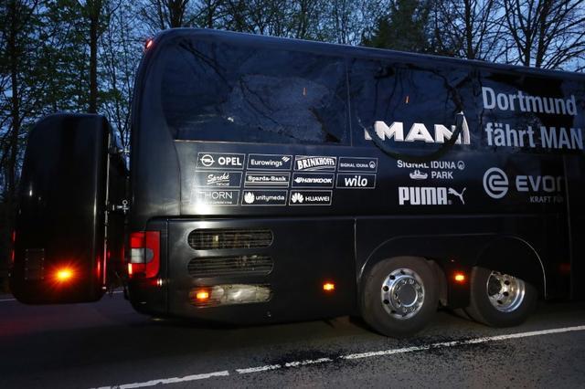 4月21日、ドイツの連邦検察は、サッカーの1部リーグ、ドルトムントの選手らを乗せたバスが被害を受けた爆発事件で、バスを狙って爆発物を仕掛けた殺人未遂などの疑いでセルゲイ・V容疑者(28)を逮捕したと明らかにした。写真は爆破被害にあったバス。11日撮影(2017年 ロイター/Kai Pfaffenbach Livepic)