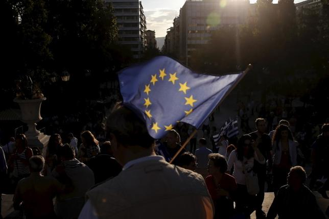 A pro-EU protester holds an European Union flag during a rally calling on the government to clinch a deal with its international creditors and secure Greece's future in the Eurozone, in Athens, Greece, June 22, 2015. REUTERS/Alkis Konstantinidis