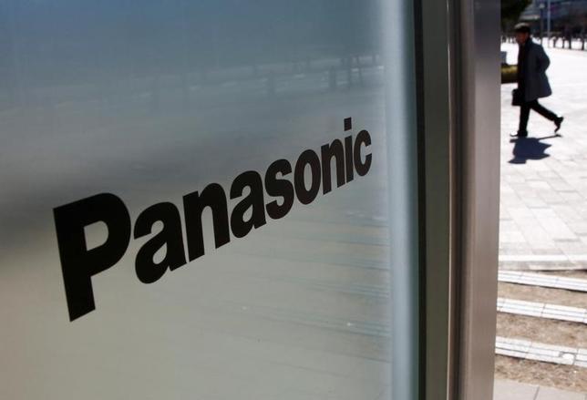 4月21日、パナソニックは、パナホームを公開買い付け(TOB)すると発表した。公表していた、株式交換による子会社化は撤回した。写真はパナソニックのロゴ、都内で2月撮影(2017年 ロイター/Kim Kyung-Hoon)