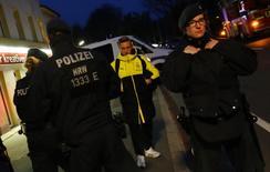 الشرطة بموقع انفجارات استهدفت حافلة فريق بروسيا دورتموند لكرة القدم يوم 11 ابريل نيسان 2017. تصوير: كاي فافنباخ - رويترز