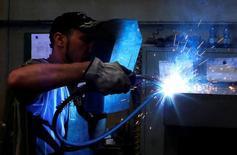 Un operaio a lavoro. REUTERS/Stefano Rellandini/File Photo