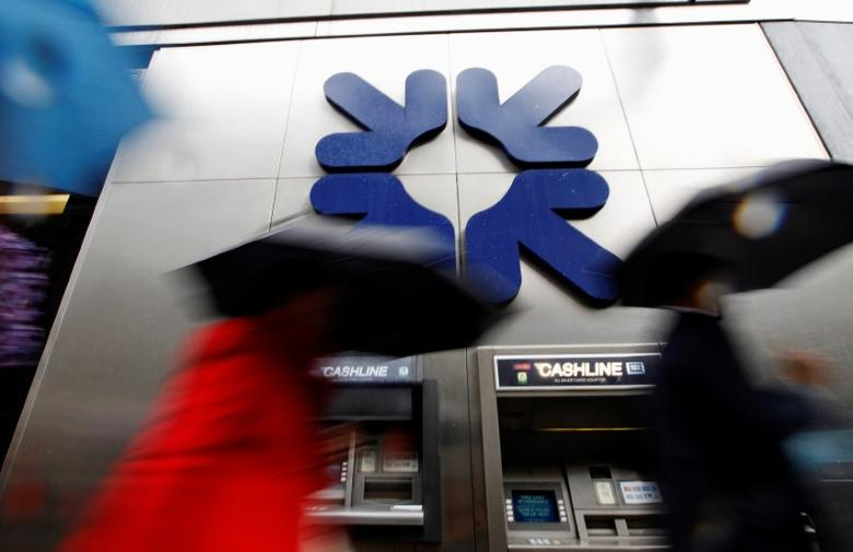 FILE PHOTO -  Morning commuters rush past a branch of the Royal Bank of Scotland (RBS) in London November 4, 2011.  REUTERS/Andrew Winning/File Photo