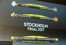 شاشة تعرض قرعة الدور قبل النهائي للدوري الأوروبي في نيون بسويسرا يوم الجمعة. تصوير: بيير ألبوي - رويترز