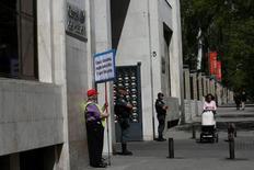 El consejero de la constructora OHL y presidente del grupo de ferroaleaciones Ferroglobe, Javier López Madrid, ha sido detenido en el marco de una operación anticorrupción, informaron el viernes fuentes judiciales. En la imagen, un manifestante protesta junto a la sede del Canal de Isabel II durante los registros de la sede de la institución que está siendo objeto de investigación, en una investigación por la que ha sido detenido López Madrid.  REUTERS/Susana Vera