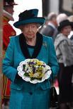 La visita prevista del rey Felipe VI y su esposa a Reino Unido en junio ha sido aplazada un mes para evitar coincidir con las elecciones anticipadas convocadas por la primera ministra Theresa May, informó el viernes Buckingham Palace. En la imagen, la reina Isabel asiste a una misa en la catedral de Leicester,  13 de abril de 2017. REUTERS/Anthony Devlin/Pool