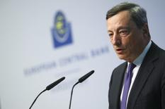 """El crecimiento y el comercio global parecen estar cobrando fuerza pero los riesgos para la economía de la zona euro siguen presionando, por lo que todavía son necesarios estímulos """"muy sustanciales"""", dijo el viernes el presidente del Banco Central Europeo, Mario Draghi. En la imagen, Draghi en un acto en la sede del BCE en Fráncfort el 4 de abril de 2017. REUTERS/Kai Pfaffenbach"""