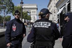 Les syndicats de police ont exprimé vendredi leur inquiétude et réclamé plus de fermeté contre les suspects dangereux lors d'une rencontre avec le ministre de l'Intérieur Matthias Felk, au lendemain de l'attaque sur les Champs-Elysées. /Photo prise le 21 avril 2017/REUTERS/Benoit Tessier
