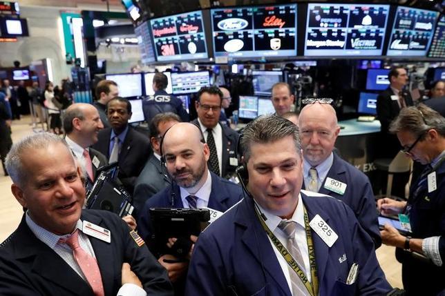 4月21日、24日からの週の米株式市場では、23日のフランスの大統領選挙第1回投票の結果のほか、米経済の強さを占ううえで重要な主要米企業の決算発表が注目されそうだ。写真はNY証券取引所のトレーダー、20日撮影(2017年 ロイター/Brendan McDermid)
