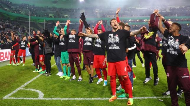 4月25日、サッカーのドイツ・カップは準決勝1試合を行い、長谷部誠が所属のアイントラハト・フランクフルトがボルシアMGに対し、PK戦にもつれ込む激闘を制して決勝進出を決めた。写真は喜びを表現するフランクフルトの選手たち(2017年 ロイター)