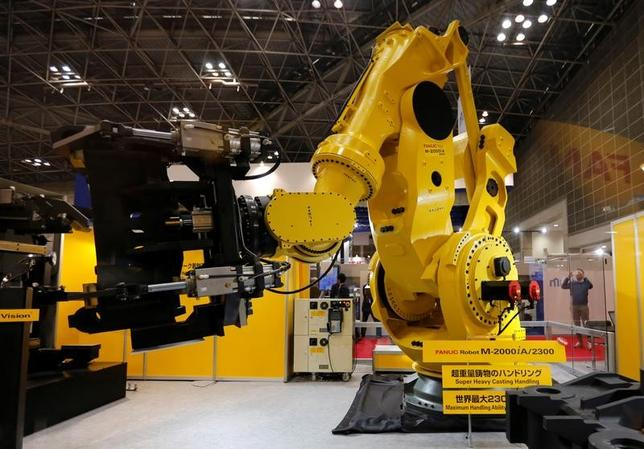 4月27日、ファナックは、茨城県内にロボット工場を建設すると発表した。投資額は約630億円。写真は昨年11月、都内で開催された国際工作機械フェアーで展示されていた同社ロボット「M─2000iA/2300」(2017年 ロイター/Toru Hanai)