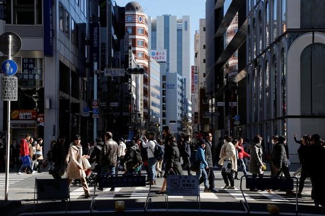 4月28日総務省が発表した3月の完全失業率(季節調整値)は2.8%となり、約22年ぶりに3%を割り込んだ前月と同水準だった。写真は東京・銀座で2月撮影(2017年 ロイター/Toru Hanai)