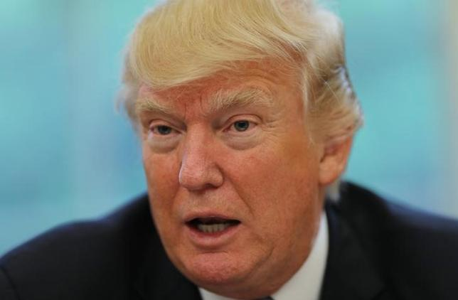 4月27日、トランプ米大統領は政府機関が「閉鎖になるなら閉鎖するしかない」と述べ、閉鎖の重大性を重く見ない姿勢を示した。写真はホワイトハウスでインタビューに応じるトランプ大統領(2017年 ロイター/Carlos Barria)