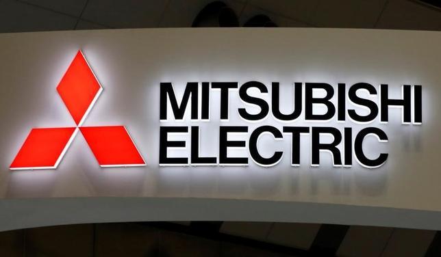4月28日、三菱電機は、2018年3月期の営業利益は前年比3.7%増の2800億円となる見通しと発表した。写真の同社ロゴは昨年11月、都内で行われた第28回日本国際工作機械見本市で撮影(2017年 ロイター/Toru Hanai)